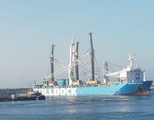 El buque Rolldock Storm transportó dos grúas para la Empresa Portuaria Quetzal y atracó el fin de semana. Para este lunes se espera la descarga de los equipos. (Foto Prensa Libre: EPQ)