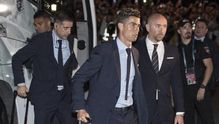 Cristiano Ronaldo fue el primer jugador en bajar del bus a su llegada a Kiev. (Foto Prensa Libre: EFE)