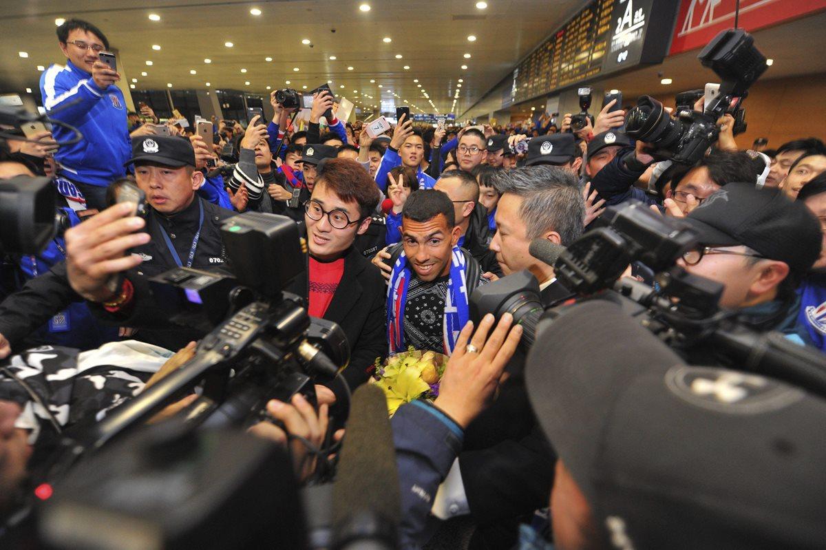 Tevez, el nuevo rey del futbol chino, es recibido por una multitud