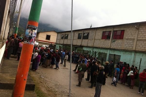 Un grupo de pobladores se concentra frente al Juzgado de Paz en Barillas de donde se llevan al líder comunitario Miguel Sebastián Baltazar. (Foto Prensa Libre: Mike Castillo).