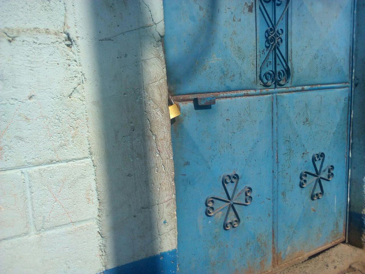 En la escuela Tijom de Nebaj, Quiché, también colocaron candados para evitar el ingreso de los maestros. (Foto Prensa Libre: Héctor Cordero)