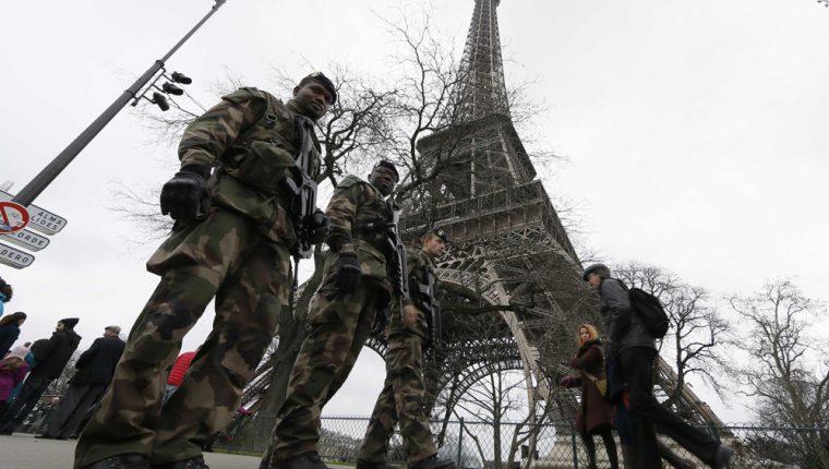 Operativo de seguridad continúa en la Torre Eiffel,en París,Francia. (Foto Prensa Libre:AFP).