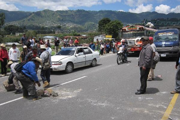 Personas que rechazan la minería  impiden el paso de vehículos en el kilómetro 170 de la ruta Interamericana.