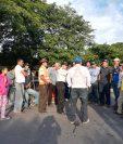 Los vecinos de El Rodeo, Escuintla, bloquearon el paso en el kilómetro 97 de la Ruta Nacional 14, para exigirle a las autoridades la construcción de un muro de contención que contribuya a evitar que el material volcánico afecte esa comunidad. (Foto Prensa Libre: Cortesía)