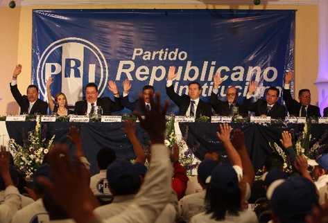 EL NUEVO  Comité Ejecutivo  del PRI, encabezado por Luis Fernando Pérez —cuarto de izquierda a derecha— vota para sustituir al FRG,    Efraín Ríos Montt.