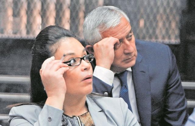 Roxana Baldetti y Otto Pérez Molina durante una audiencia del caso La Línea, en el 2017. (Foto Prensa Libre: Hemeroteca PL).
