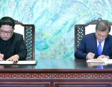 El presidente de Corea del Sur, Moon Jae-in (der.), y el líder norcoreano, Kim Jong-uin, firman una declaración conjunta en Panmunjom. (Foto Prensa Libre:DPA).