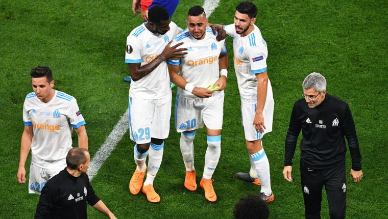 Dimitri Payet salió lesionado del terreno de juego en el minuto 32. (Foto Prensa Libre: AFP)