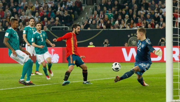 El guardameta de Alemania, Marc André Ter Stegen, le niega el gol al volante español Isco, durante el amistoso internacional que solventaron el pasado viernes 23 de marzo del 2018 (Foto Prensa Libre: AFP)