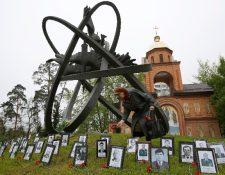 <span>Una mujer</span> <span>deposita flores</span> <span>en el monumento de</span> <span>las</span> <span>víctimas de Chernobyl</span> <span>en la capital</span> <span>ucraniana de</span> <span>Kiev. (AFP).</span>