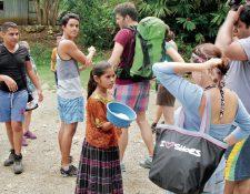 Ana del Rosario Tut Asig ofrece chocolate a turistas que llegan a Semuc Champey. Su habilidad para hacerlo en siete idiomas ha generado admiración. (Foto Prensa Libre: Eduardo Sam).