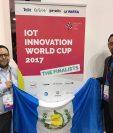 Jorge Sandoval y Edwin Kestler de Flatbox se presentan en el Mobile World Congress en España como finalistas en la categoría de ciudades inteligentes. (Foto Prensa Libre: Cortesía)
