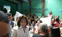 Sandra Torres, al momento de llegar a la actividad. (Foto Prensa Libre: Carlos Sebastián)