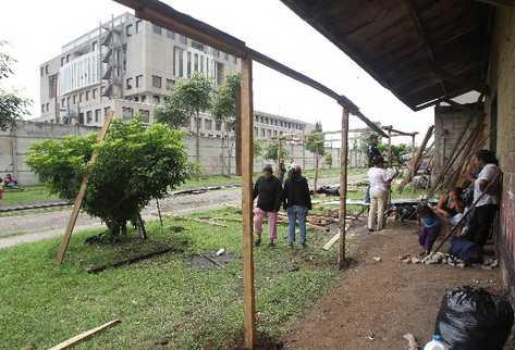 Varias familias construyen viviendas   improvisadas junto  a la línea férrea, en el barrio Gerona, zona 1.