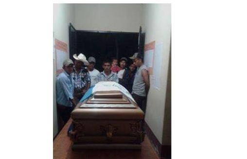 Los restos de Rigoberto Lima Choc, están siendo velados en la comunidad Champerico, Sayaxché,Petén.(Foto Prensa Libre: Rigoberto Escobar).