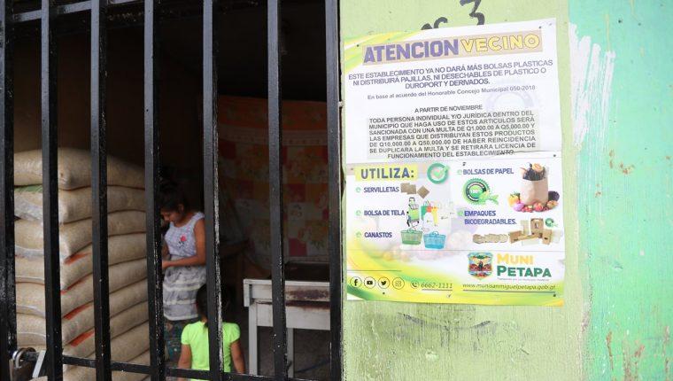En varios negocios de San Miguel Petapa fueron colocados rótulos donde se advierte de la prohibición de usar bolsas plásticas.(Foto Prensa Libre: Erick Ávila)