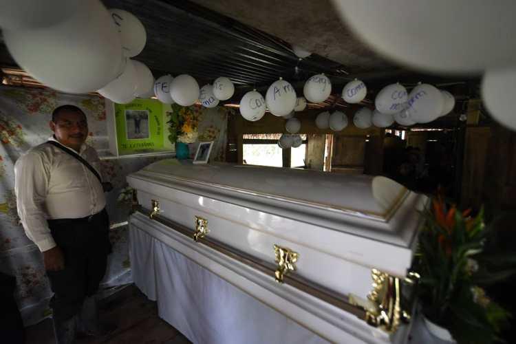 Globos blancos con mensajes para Jakelin Caal, fueron colocados arriba del ataúd de la menor.