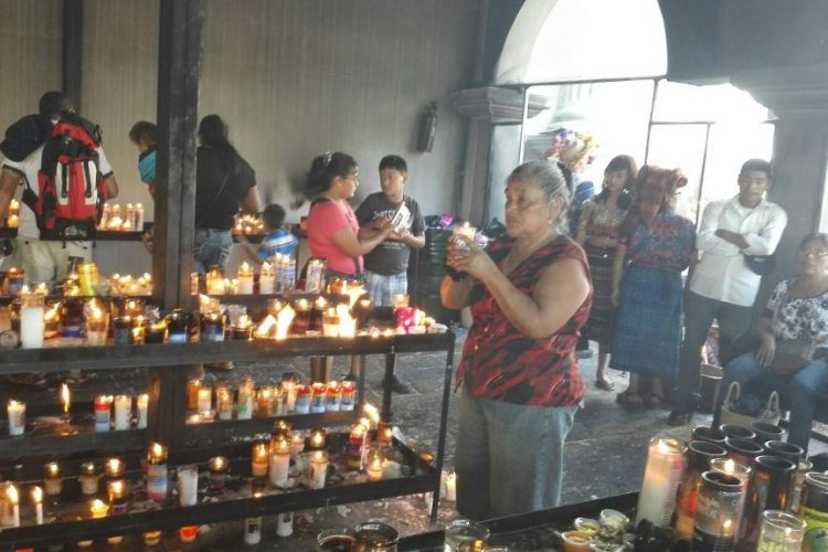 Fieles en capilla de las candelas