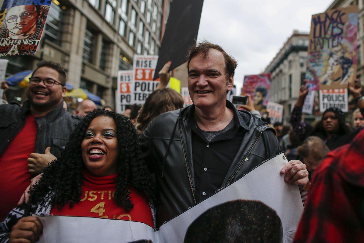 Quentin Tarantino participó el sábado en una marcha contra la brutalidad policial. (Foto Prensa Libre: EFE)