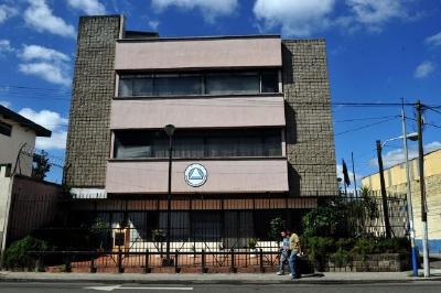 El agente de la PNC fue apresado en la sede del Parlacen, ubicado en la zona 5 capitalina. (Foto Prensa Libre: AFP)