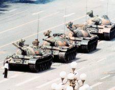 La icónica imagen del hombre del tanque. (Foto Prensa Libre: Internet)