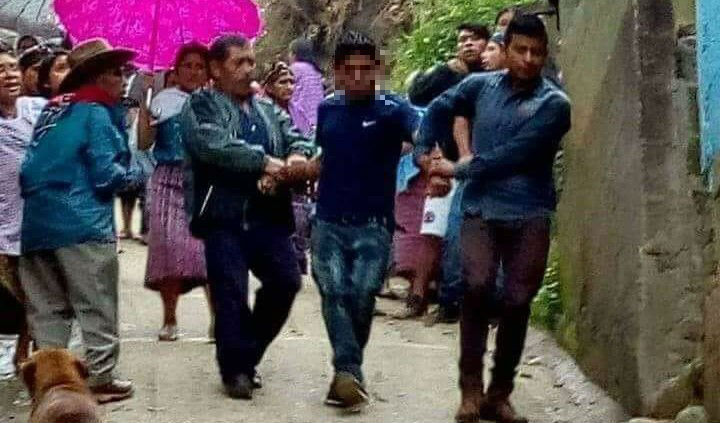 Baltazar Salucio Marcos fue entregado a la Policía, luego de que presuntamente lanzara a un niño de 6 años de un segundo piso, en Concepción Huista, Huehuetenango. (Foto Prensa Libre: Tomada de Facebook Montejos´Iders)