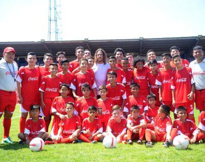 Ana Margarita Mérida Recinos fue la única niña que compartió ayer junto al exdefensor español Carles Puyol, en las clínicas de futbol que impartió en el estadio Carlos Salazar (Foto Prensa Libre: Edwin Fajardo)