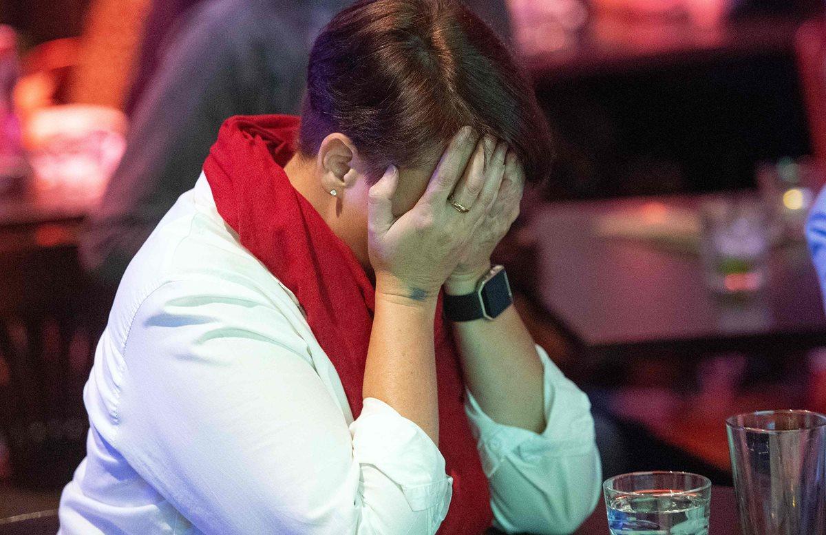 Brandi Bergstrom reacciona como CNN predice que los republicanos mantendrán el control del Senado, en San Francisco.