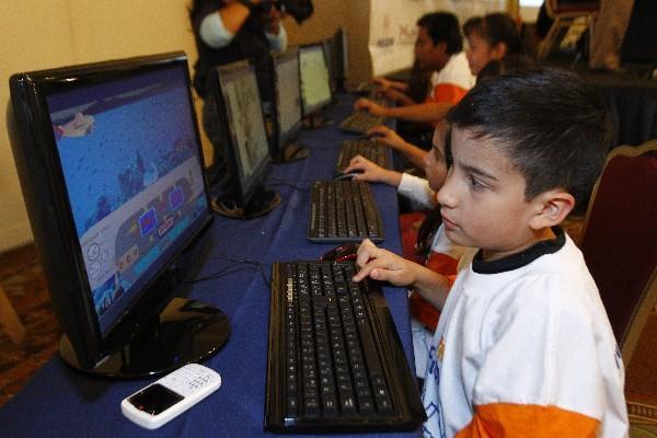MÁS DE mil 900 niños de escasos recursos podrán utilizar Edulibre  en 10 laboratorios de computación en el 2013.