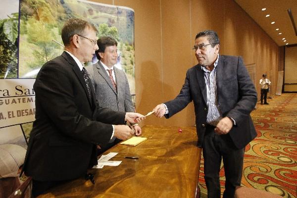 Alcaldes beneficiados reciben los cheques correspondientes al pago de las regalías.