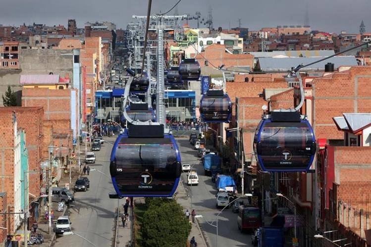 En otros países como Bolivia, el servicio de teleférico en medio de la ciudad ha dado buenos resultados. (Foto Prensa Libre: EFE)