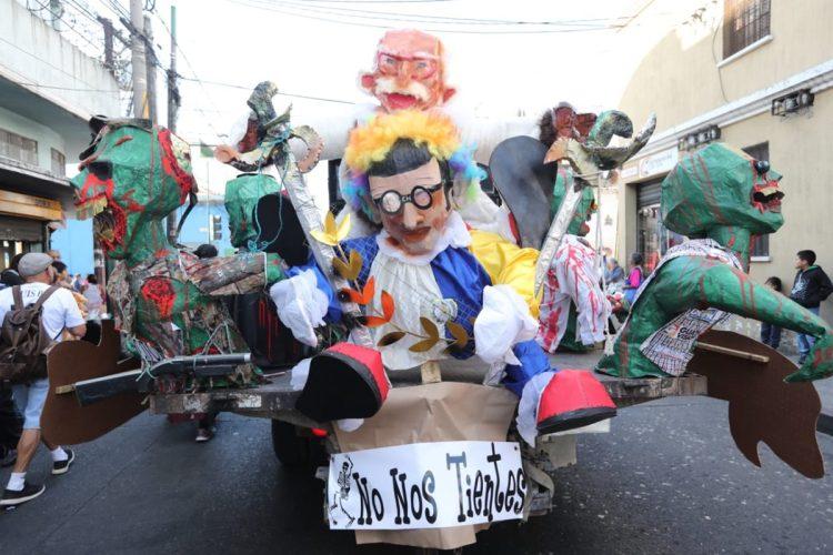 Una carroza que representa al presidente Jimmy Morales recorre las calles.