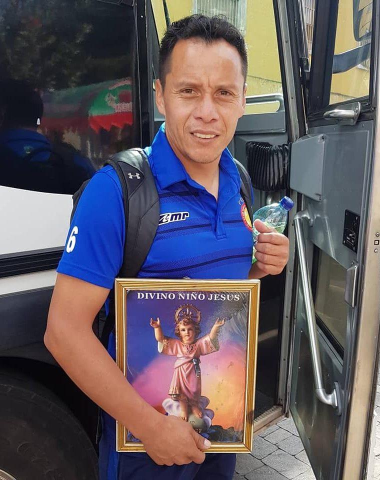 En cada salida de Xelajú la imagen viaja con el equipo para ser instalada en el camerino y hacer peticiones en cada juego. (Foto Prensa Libre: Cortesía)