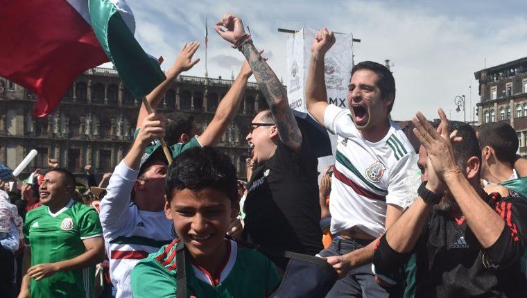 Los aficionados que vieron el partido en el Zócalo de México estallaron de alegría al ver el gol de Lozano. (Foto Prensa Libre: AFP)