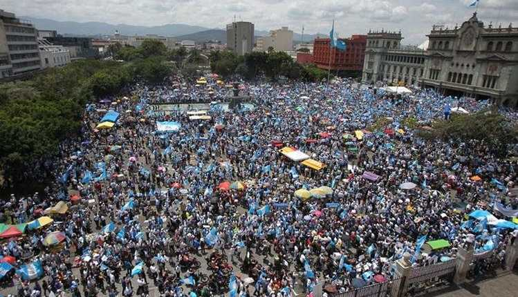 Miles de guatemaltecos participaron en las protestas, exigían el fin de la corrupción y la renuncia de Otto Pérez Molina y Roxana Baldetti. (Foto Prensa Libre: Hemeroteca PL)
