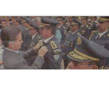 Alfonso Portillo entrega el botón del deber cumplido a oficiales del Estado Mayor Presidencial -EMP-. (Foto: Hemeroteca PL)
