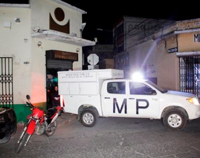 Autoridades recabaron evidencias en el banco donde ingresaron los individuos, por medio de un boquete. (Foto Prensa Libre: Prensa Libre)