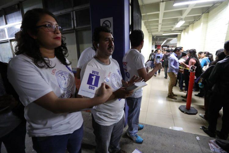 personas que apoyan la planilla 1, realizan proselitismo en uno de los centros de votación