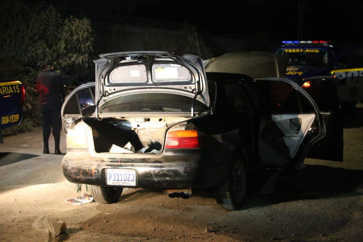 Vehículo en el que se trasladaba el grupo criminal. Foto Prensa Libre: PNC