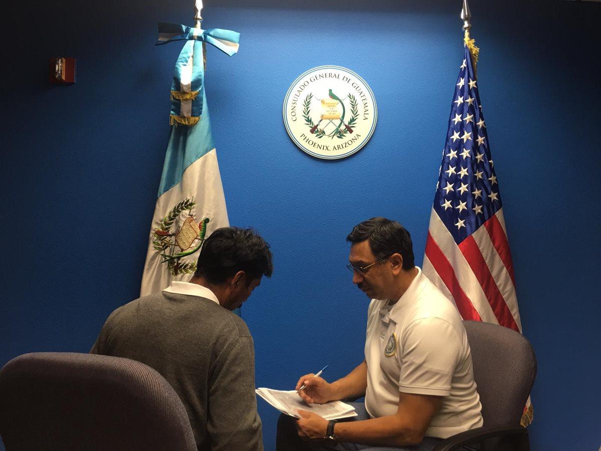Agustín se despide de su hijo Felipe Gómez, el niño que murió bajo custodia de EE. UU.