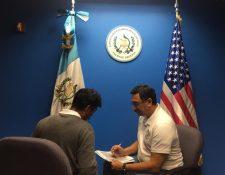 Agustín, padre de Felipe Gómez, en entrevista con Óscar Padilla, cónsul de Guatemala en Arizona. (Foto Prensa Libre: Minex)