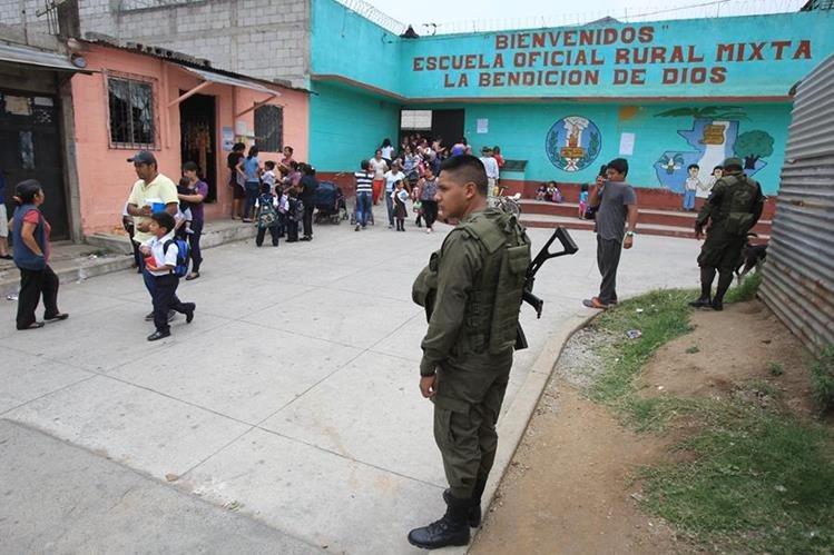 En abril de 2016 elementos del Ejército tuvieron que ser desplazados a centros educativos que recibieron amenaza de bomba. (Foto Prensa Libre: Hemeroteca PL)