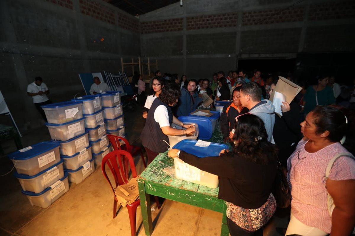 En menos de una hora las cajas electorales con el conteo de votos estaba listo en Petén. (Foto Prensa Libre: Érick Ávila)