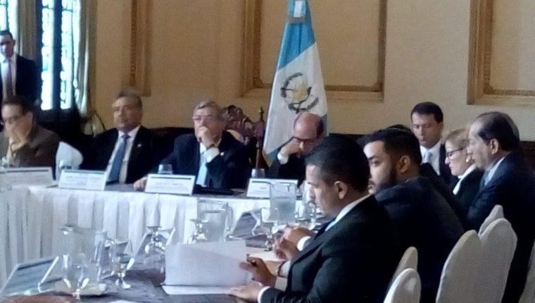 El vicepresidente Jafeth Cabrera presidió este jueves la reunión de la Comisión Presidencial contra el Lavado de Dinero u Otros Activos. (Foto Prensa Libre: Óscar Rivas)