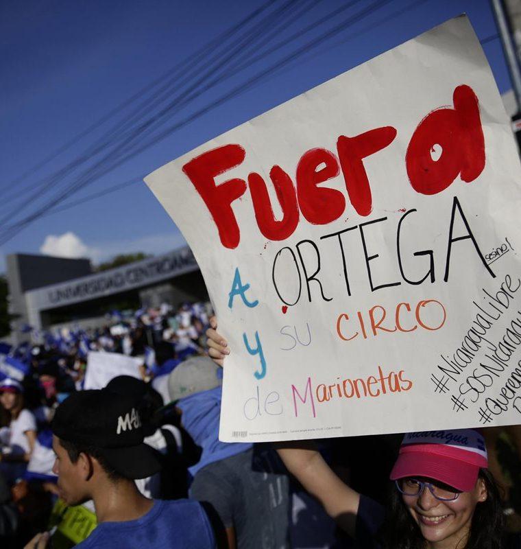 Las protestas han iniciado de forma pacífica y han terminado violentamente al ser reprimidos por las fuerzas de seguridad. (Foto Prensa Libre: EFE)