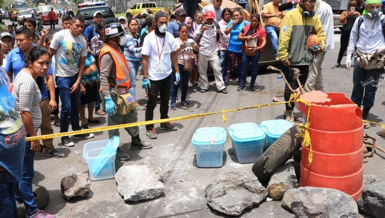Los restos humanos encontrados fueron llevados al kilómetro 97 de la RN 14, donde damnificados manifestaron por lo que ocurre. (Foto Prensa Libre: Enrique Paredes).