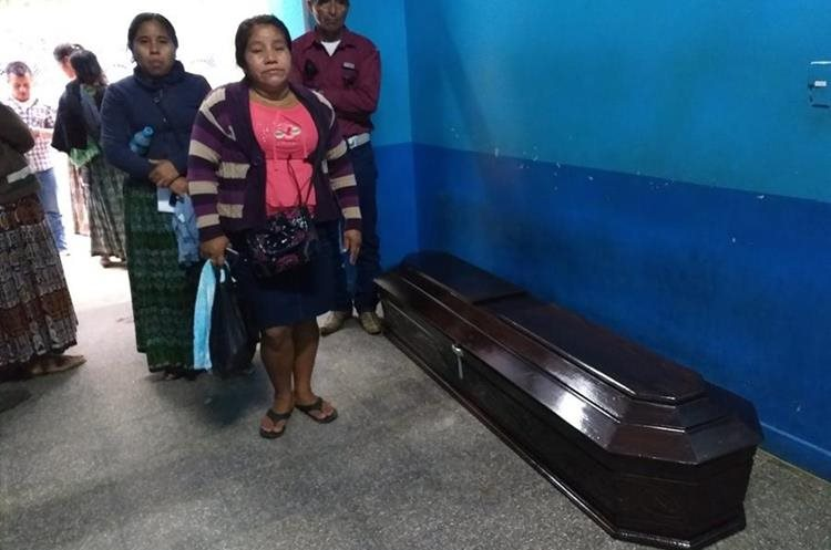 Familiares de Alejandra Ico Chub la sepultaron en Chisec, Alta Verapaz. (Foto Prensa Libre: Aura Andersen)