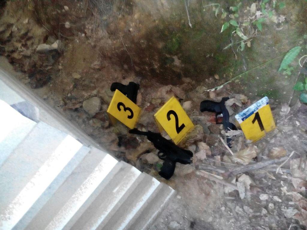 Armas localizadas en allanamiento en Santo Domingo Xenacoj, Sacatepéquez. (Foto Prensa Libre).