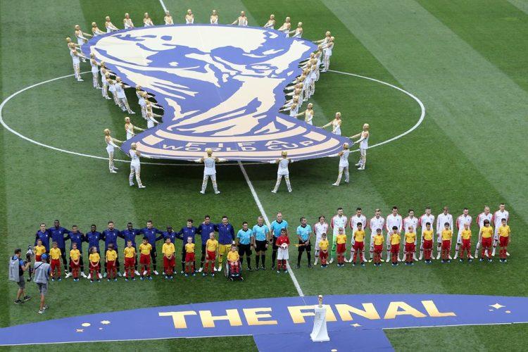Los equipos posan durante la entonación del himno nacional de Francia y Croacia.