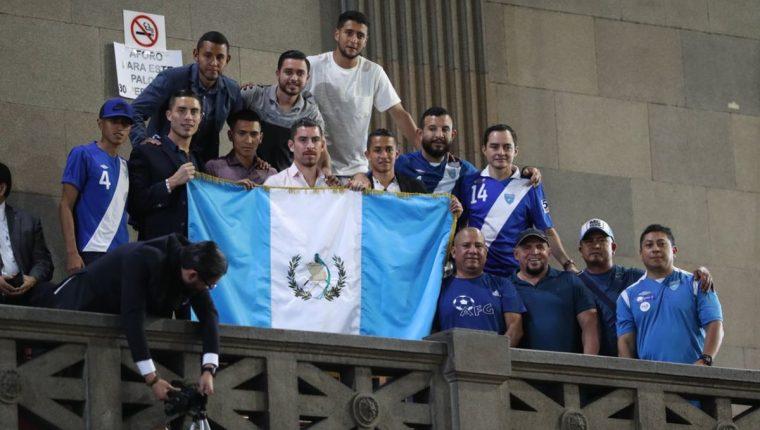 Futbolistas nacionales que se manifestaron en el Congreso, lucen la bandera de Guatemala. (Foto Prensa Libre: Esbin García)